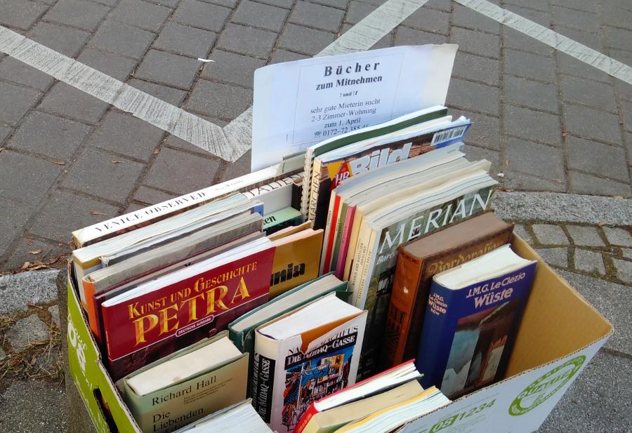 Bücherkiste mit Wohnungsgesuch in Stuttgart