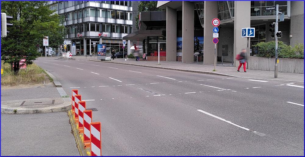 die dreispurige Theodor-Heuss-Straße